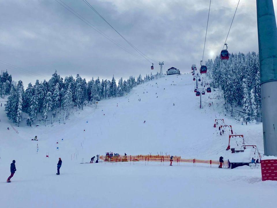 Poiana se umple de schiori: Stratul de zăpadă Masivul Postăvarul trece de 60cm