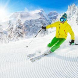 Cât te costă să schiezi în Poiana Brașov: Prețuri de închiriere a echipamentului și tarife de urcare