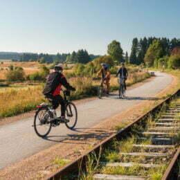 """""""Autostrăzile"""" de biciclete ale Brașovului, la faza studiului de oportunitate. O soluție propusă este aceea a amenajării unor piste în paralel cu rețeaua de căi ferate"""