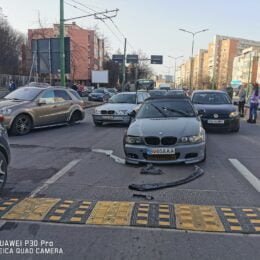 """FOTO """"Băiețașul cu BMW"""", care s-a remarcat public după ce a parcat pe unde-l tăia capul prin Brașov sau pe litoral, a reușit """"performanța"""" să producă un accident, ce a paralizat traficul în jumătate din Brașov, după ce a avariat serios alte două mașini"""