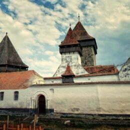 """""""Aventurile"""" lui Jules Verne în Homorod, menționate în arhivele Bisericii Evanghelice din comuna brașoveana. Acesta este una dintre cele mai impunătoare fortificații din județul Brașov și are un turn cu o înălțime de 28 de metri"""