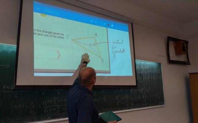 """Un profesor de la """"Șaguna"""" a creat un laborator de realitate virtuală în care elevii pot studia de la matematică şi fizică, până la geografie, anatomie şi astronomie"""