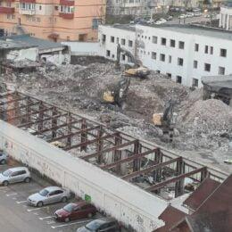 Ruinele ICIM de pe Carpaților vor dispărea în cel mult două luni. Dezvoltatorul brașovean Cosmopolit împreună cu o firmă băcăuană vor construi două blocuri cu 11 etaje