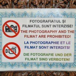 """Cum se face Brașovul de râs? Afiș la Prima Școală Românească: """"The photography and the filmat"""" sunt interzise"""