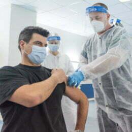 Zi liberă plătită, pentru angajații care se vaccinează anti COVID-19. Excepție fac cei care se imunizează la birou