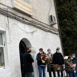 FOTO EMOȚIONANT În semn de respect, brașovenii au așteptat-o cu flori pe Andreea Moldovan în fața Spitalului de Infecțioase. Din păcate, aceasta este încă în București