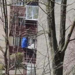 """VIDEO """"Tradiție"""" de Paște: a început etapa de """"sport extrem"""" pentru spălarea geamurilor la înălțime"""