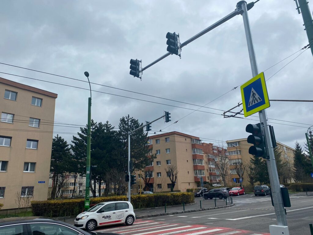 Opt treceri de pietoni din oraș vor fi semaforizate, iar 14 vor fi iluminate suplimentar. Stâlpii semafoarelor vor fi vopsiți galben-negru, culorile echipei de fotbal favorite a primarului Allen Coliban – SR Brașov