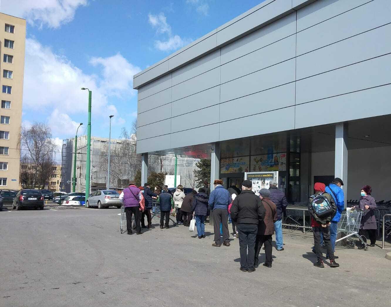 """Revine """"sezonul cozilor"""" la unele magazine. Lidl a decis să limiteze accesul clienților, însă aglomerația s-a mutat în fața ușilor de acces"""
