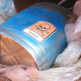 Efectele deșeurilor periculoase: Intoxicații, îmbolnăviri, reacții chimice, incendii și explozii, coroziuni, infecții sau emisii radioactive
