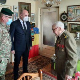 FOTO Prefectul Văsii și comandantul Brigăzii 2 Vânători de Munte din Brașov i-au înmânat astăzi o diplomă de excelență unui veteran de război în vârstă de 98 de ani