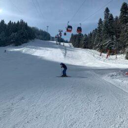 Pârtiile din Poiana Brașov vor fi deschise oficial și în vacanța de Paște, în contextul în care stratul de zăpadă minim este de 70 cm. Până acum, au fost înregistrate peste 2 milioane de treceri prin turnichete, de la început de an