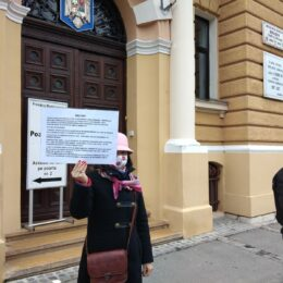 Protest în fața Primăriei Brașov pentru mult-promisul monument al Eroilor Revoluției. Deși anul trecut exista o finanțare de 500.000 de lei, în bugetul pe 2021 a fost… omisă