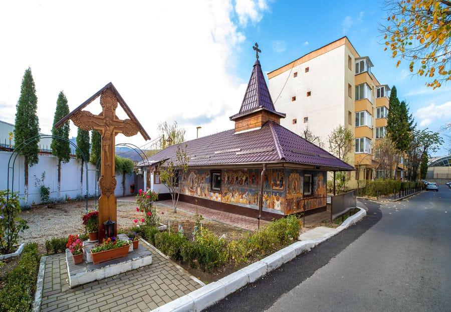 Capela în stil maramureșean de pe Cocorului, neautorizată de Primărie, deoarece nu se încadrează în peisajul… industrial al zonei