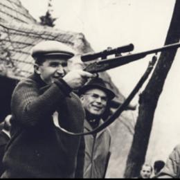 Cum l-a ucis Ceaușescu pe Lache, ursul uriaș din Poiana Brașov. Animalul a căzut victimă competiției cu Tito și Jivcov pentru cel mai frumos trofeu