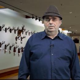 Jurnalistul Alexandru Ghiza își deschide vlogcast-ul cu povestea ursului Lache, împușcat de Ceaușescu pentru a doborî recordul lui Tito