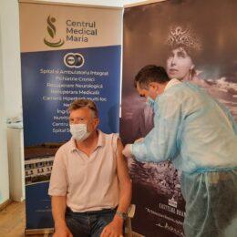 Valeriu Gheorghiță, coordonatorul campaniei de vaccinare anti-Covid din România, vaccinează astăzi turiștii care vizitează Castelul Bran