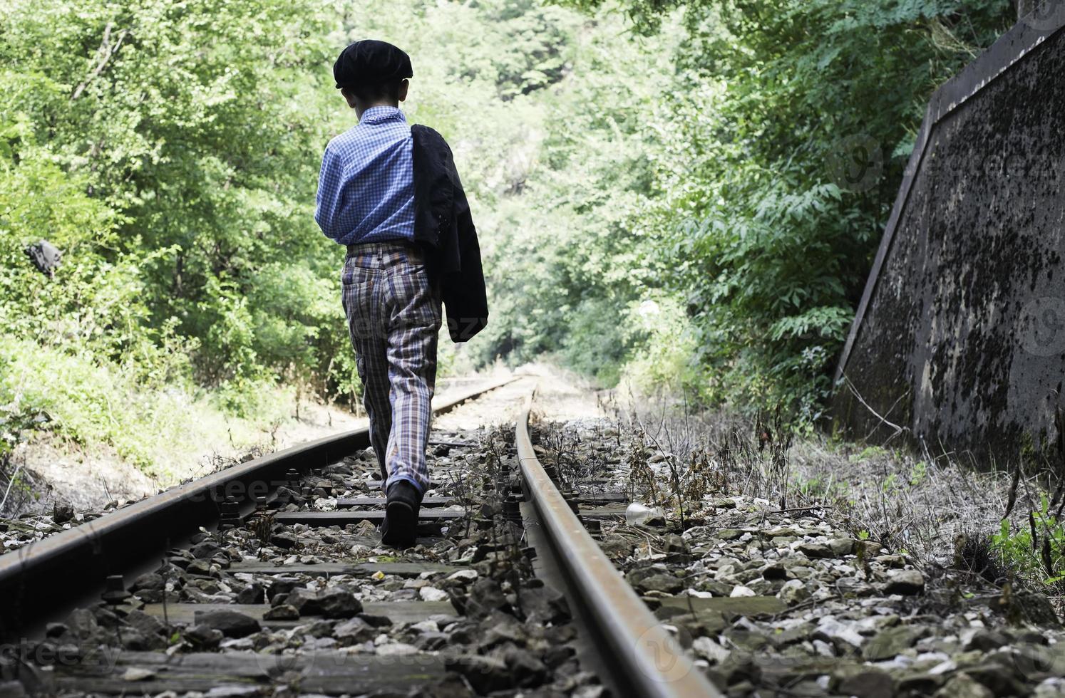 Drama unui copil care a ajuns în orfelinat, deși vrea să trăiască în continuare alături de străbunicul său: a luat-o la pas pe calea ferată pentru a se întoarce acasă