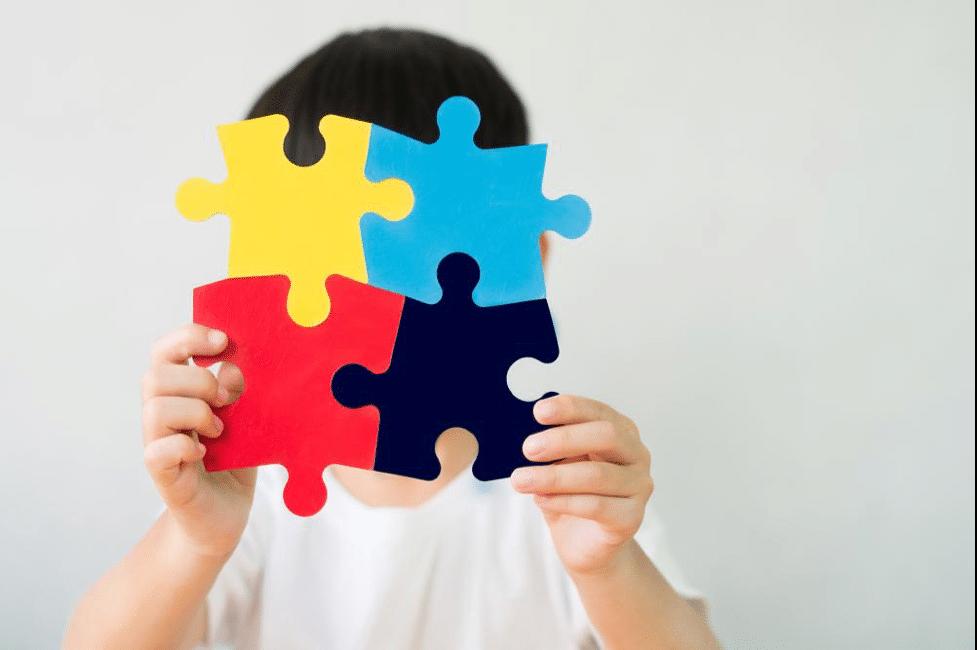 """Terapia cu celule stem a făcut minuni pentru un băiețel de 8 ani din Brașov diagnosticat cu autism: """"Acum merge singur la școală. Își salută vecinii. Are prieteni și se joacă cu ei"""""""
