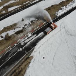 VIDEO Drumarii au început operațiunea de deszăpezire a Transfăgărășanului. În unele locuri, zăpada bătătorită are și peste 6 metri