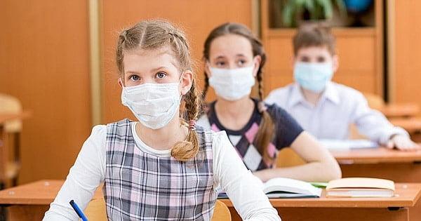elevi care poarta masca de protectie in clasa