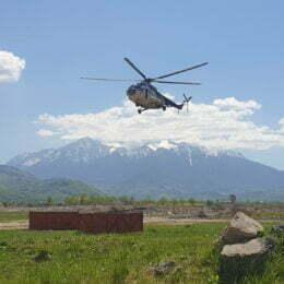 FOTO VIDEO: 1,2 tone de materiale de construcții transportate cu elicopterul în vârf de munte pentru refacerea refugiului de la Mălăiești