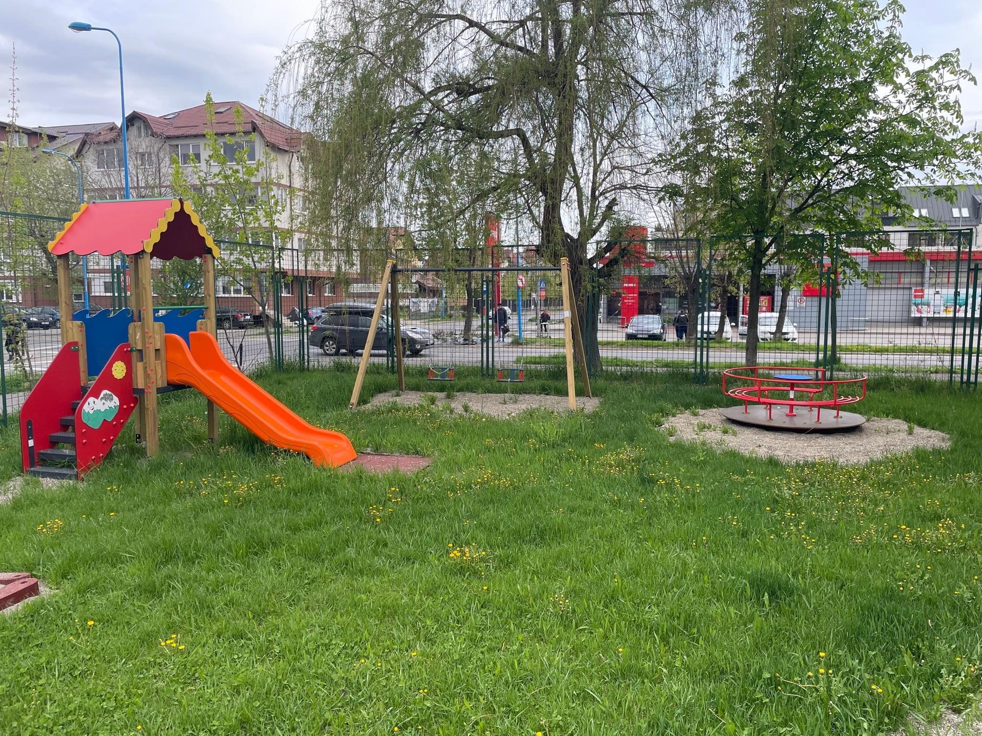Un nou loc de joacă amenajat pentru micuții care merg la grădinița de pe strada Bronzului