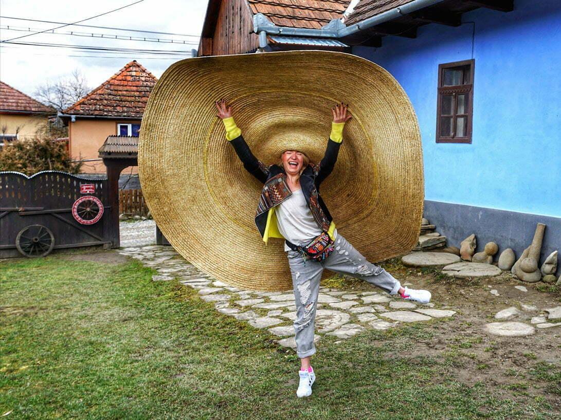 FOTO Cea mai mare pălărie purtabilă din lume se află în România. A fost realizată din 500 de metri de împletitură, 1.800 de metri de ață și peste 22.000 de metri de paie