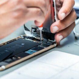 A vrut să omoare un angajat al unui service pentru că nu a putut să îi repare un iPhone. Tribunalul Brașov l-a condamnat la șase ani și șapte luni de închisoare