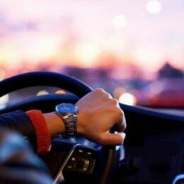 Un tânăr angajat al unui service auto din Brașov a plecat la plimbare cu mașina unui client. Nu avea nici măcar permis de conducere