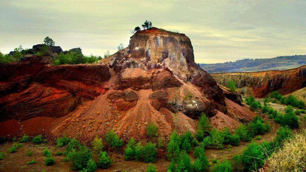 Vulcanul stins de la Racoș nu va putea fi vizitat anul acesta. De luni, aici se filmează serialul Django