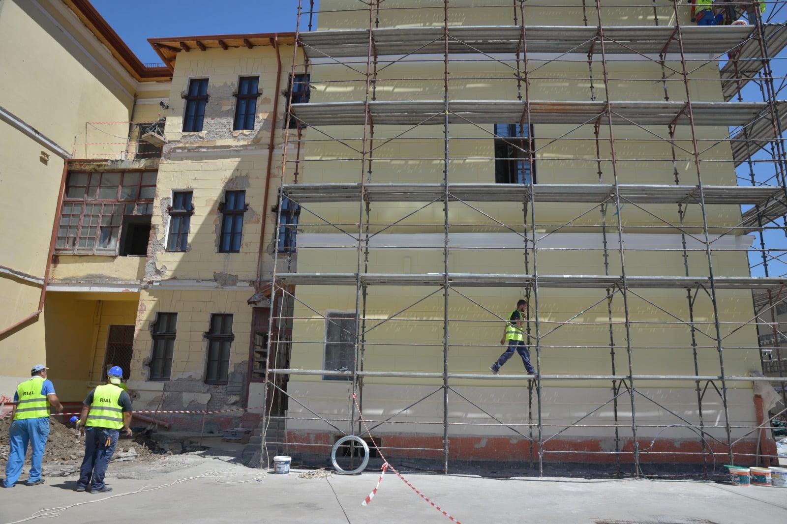 Primăria speră ca va închide șantierul de la Colegiul Unirea până în toamnă. Mai sunt necesare lucrări suplimentare de 1,8 milioane de lei pentru a respecta standardele ISU