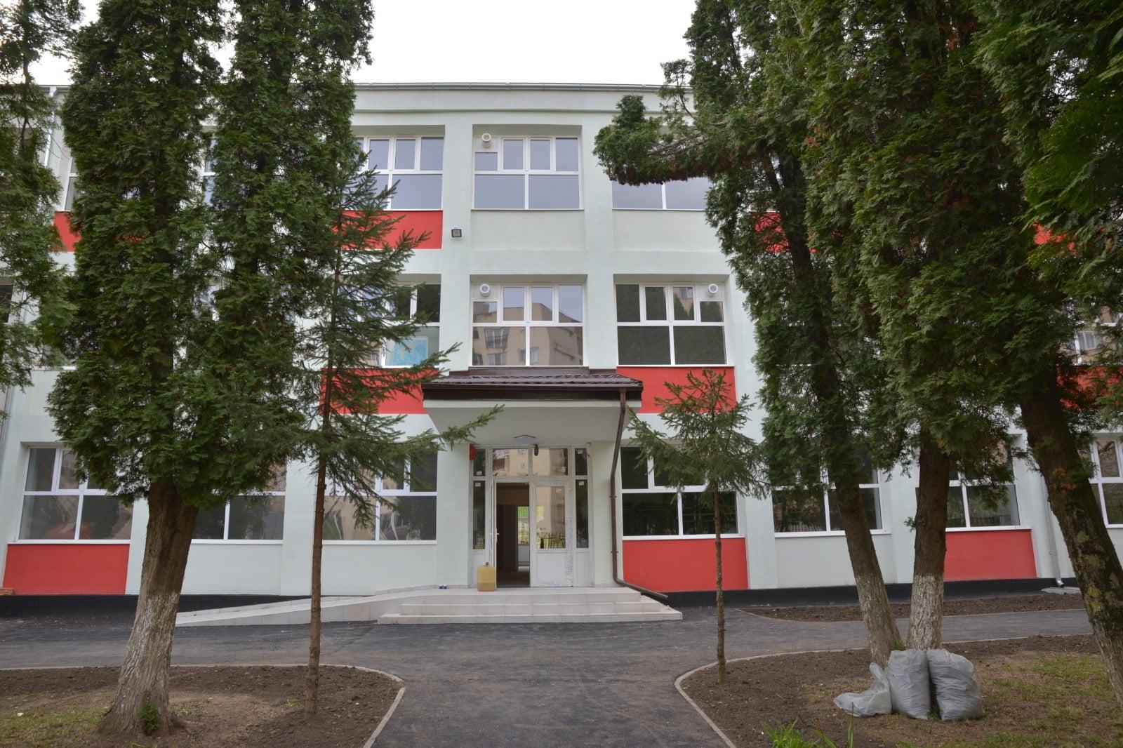 Zeci de brașoveni vor să fie reprezentanții primarului în conducerea școlilor. Termenul limită pentru înscrierea în CA-urile școlilor este 21 iunie