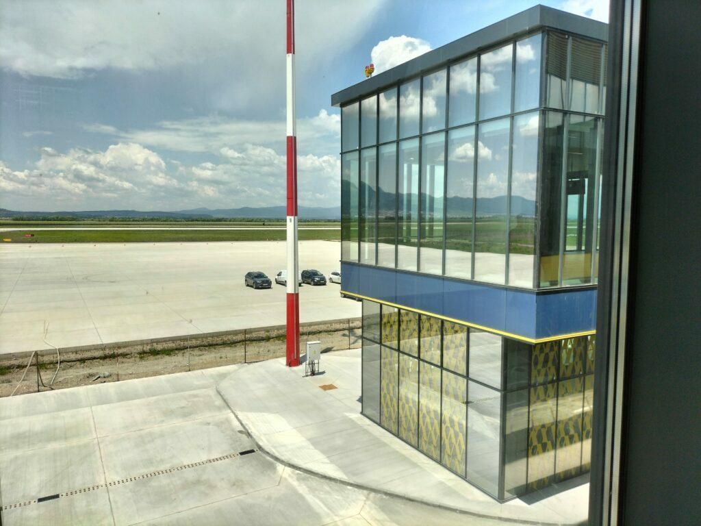 Aeroportul Brașov, vedere spre pistă din clădirea terminalului