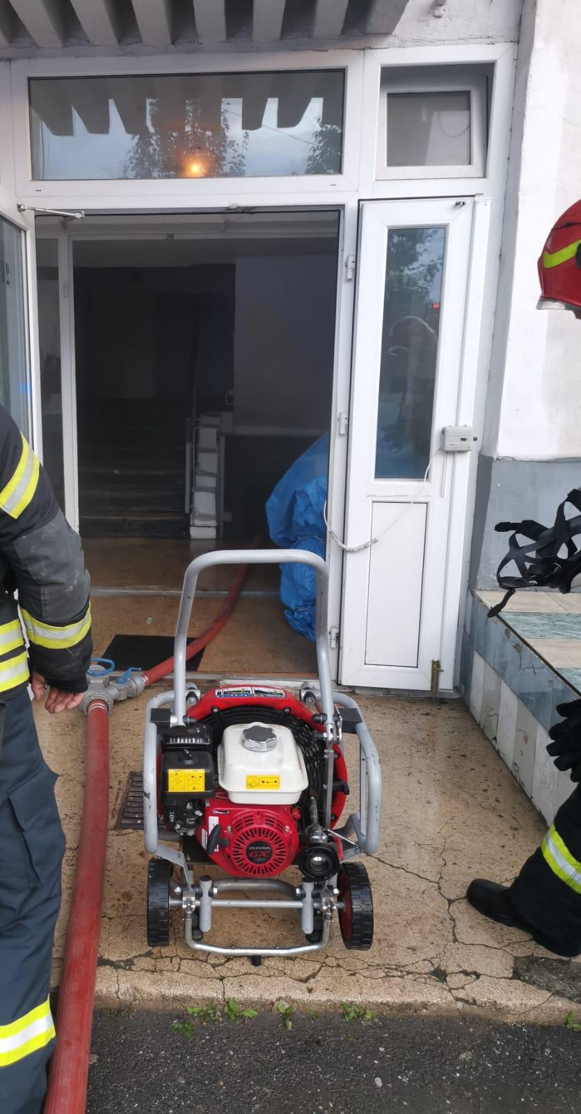 Incendiu la Făgăraș pornit de la o narghilea fumată în beci.  Sărbătorirea întoarcerii din străinătate s-a soldat cu moartea unui bărbat de 33 de ani