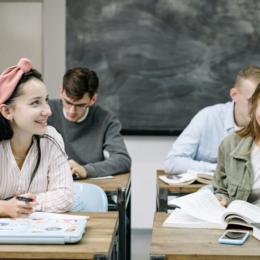 Anul școlar 2019-2020: Cei mai puțini elevi și studenți înscriși în învățământ, dar cei mai mulți absolvenți din ultimii 5 ani