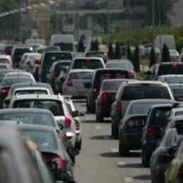 Persoanele care dețin mașini cu vechime de peste 15 ani ar putea plăti impozite mult mai mari. Cuantumul ar putea ajunge și la 900 de lei pe an