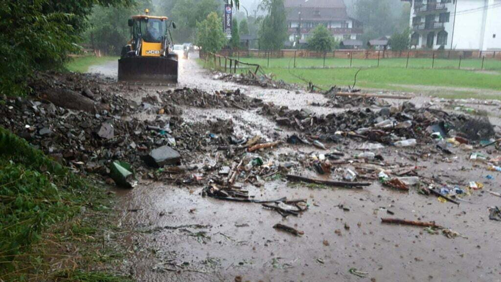 Inundații Brasov, drumuri blocate Moieciu