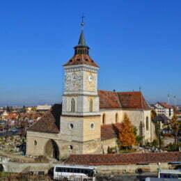 Povestea Bisericii Sf. Bartolomeu, cel mai vechi monument istoric din Brașov. Pe peretele sudic se află un ceas solar, care prin vechimea lui este o adevărată piesă de muzeu