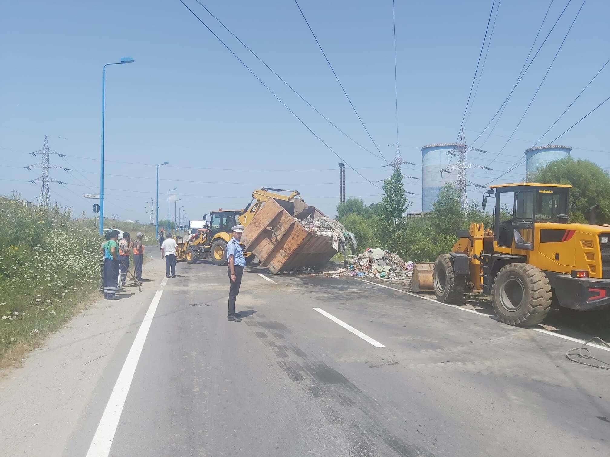 """Un camion plin cu gunoaie s-a """"revărsat"""" pe o stradă din Brașov"""