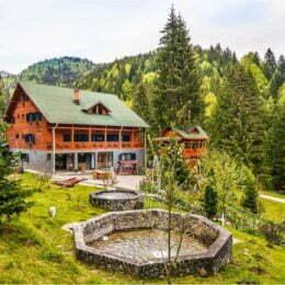 Cazări inedite în Transilvania: Top 10 cele mai frumoase chaleturi – cabane luxoase așezate cât mai departe de civilizație