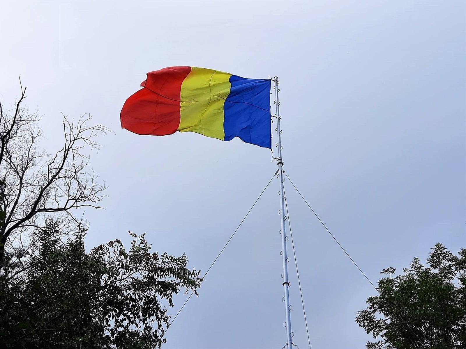 De Ziua Imnului Național, un nou drapel tricolor a fost arborat pe muntele Tâmpa din Brașov