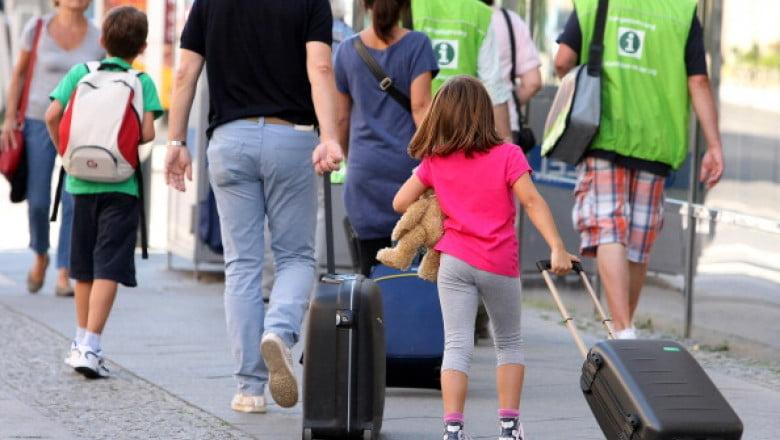 turisti in drum spre aeroport bagaje