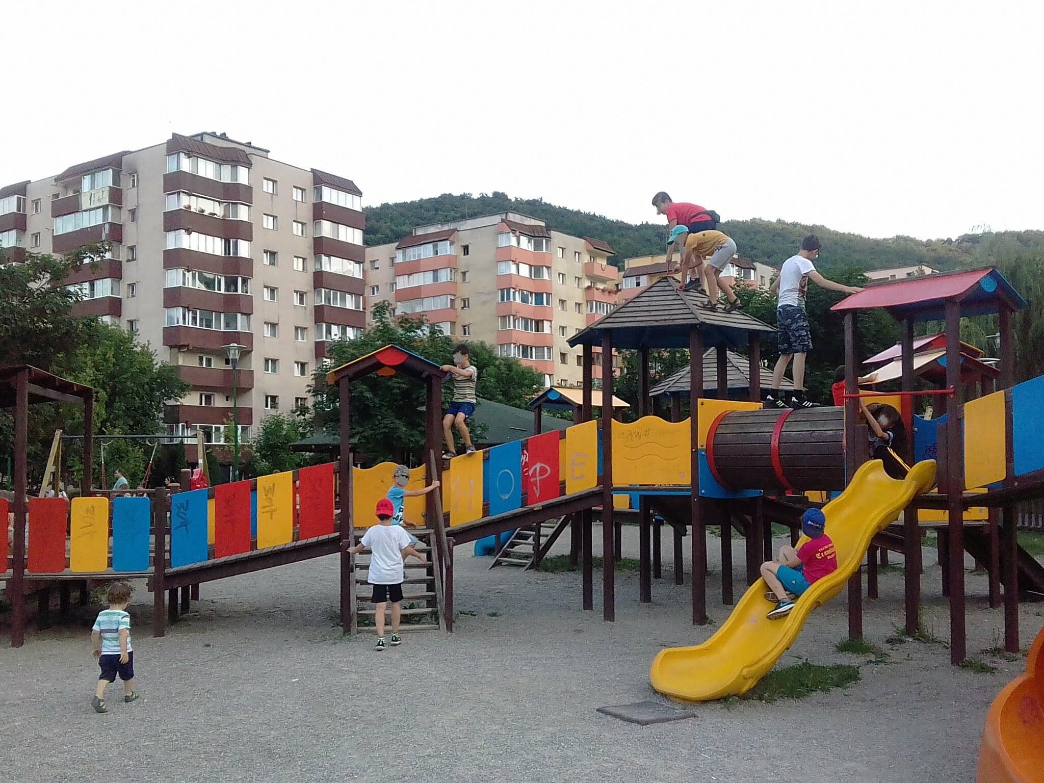 """Locurile de joacă din Brașov s-au transformat în """"jungle"""", unde se practică """"distracțiile extreme"""". Mulți părinți își lasă odraslele să se expună pericolelor, dar și să-i pună pe alți copii în pericol"""