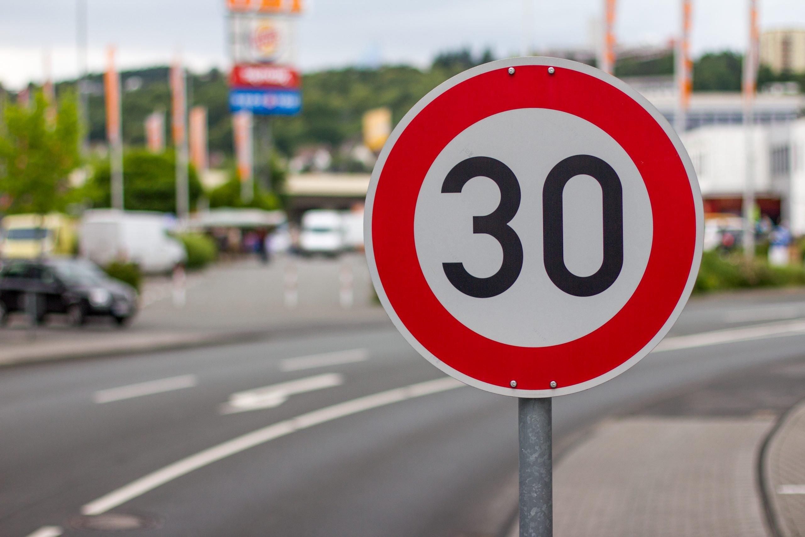 O nouă tentativă pentru aprobarea limitei de viteză la 30 km/oră pe străzile din Centrul Brașovului și din cartierul Șchei
