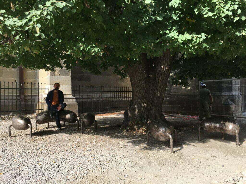 """""""Ansamblul de șezut"""" din curtea Liceului Honterus, realizat de sculptorul Scripcariu. Acesta va fi amplasat temporar"""